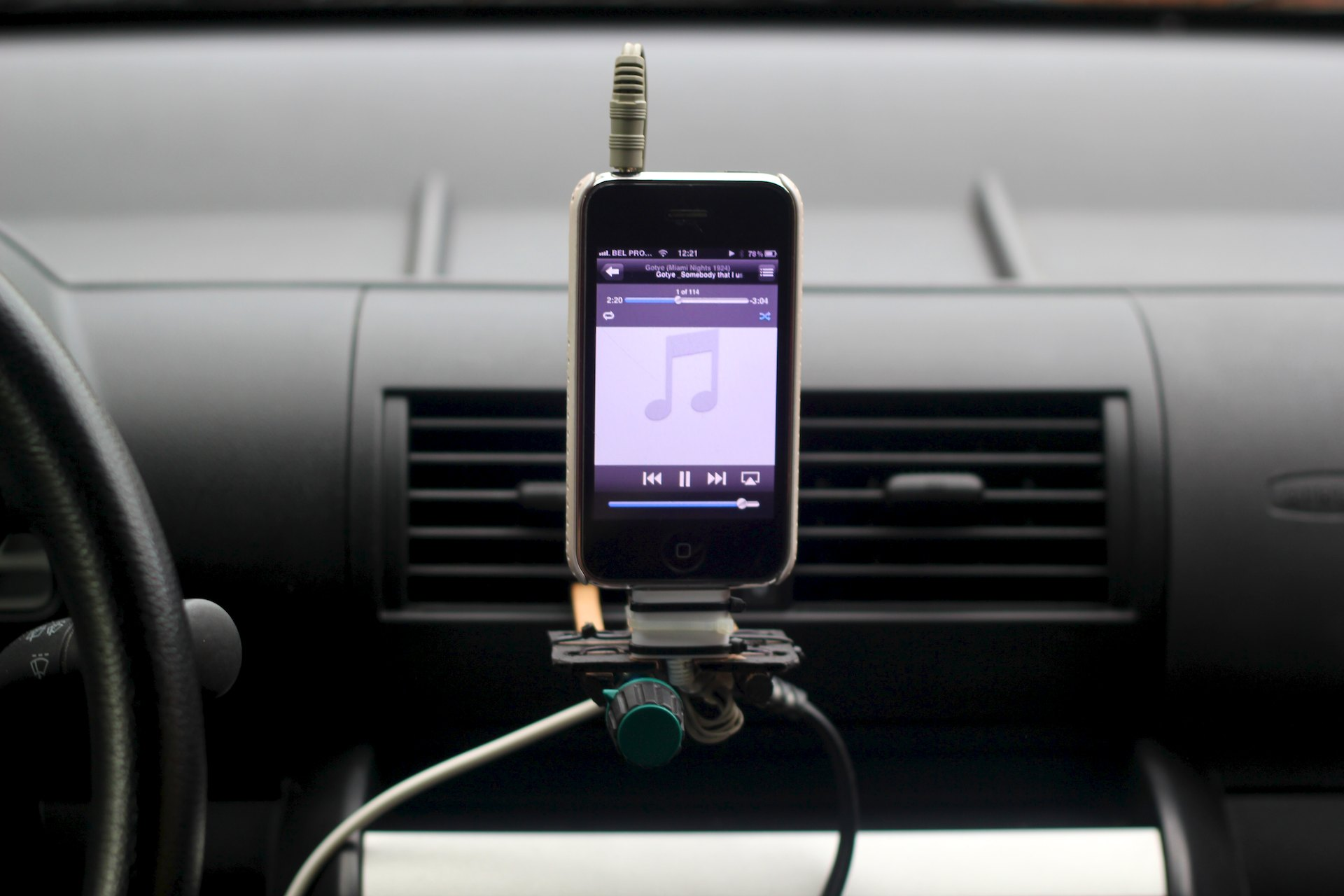 Car-iphone-dock-4